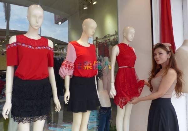 陳佩珊為公仔模特兒穿上紅彤彤新年衣裳應節。