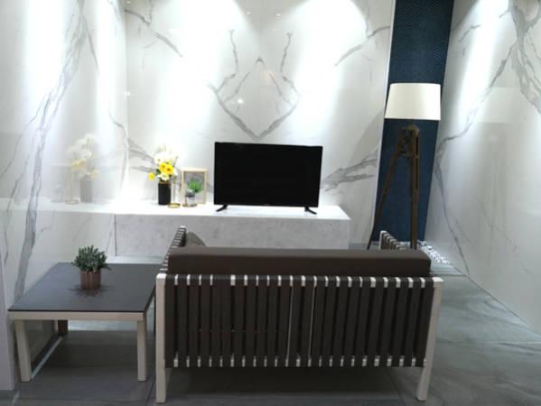 宝马砖业其中一个全新展示区,淋漓展示仿大理石连纹(marble bookmatch)的巨石岩板。